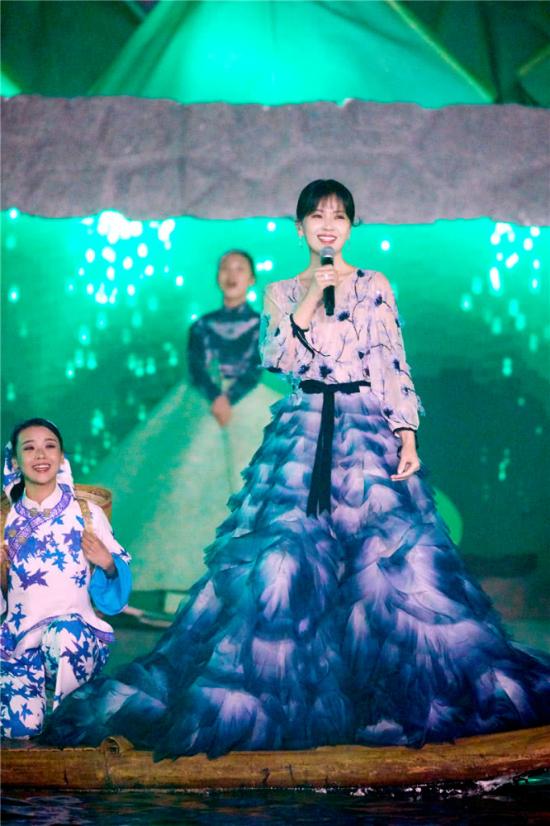 'A Châu' Lưu Đào đẹp như tiên nữ trên sân khấu chào xuân - Ảnh 4