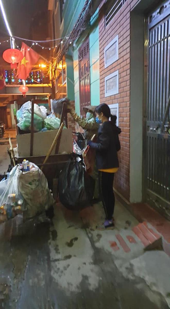 Chẳng xem pháo hoa hay đón giao thừa, cô con gái phụ mẹ đẩy chiếc xe rác cao ngất trong đêm 30 khiến nhiều người xúc động - Ảnh 2
