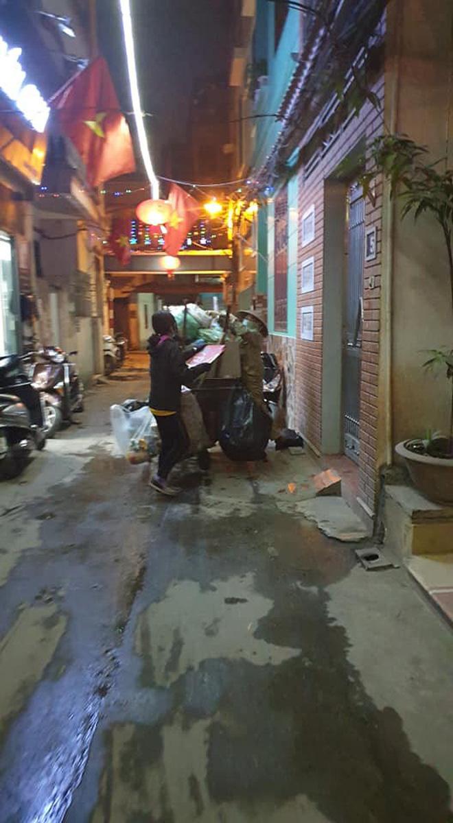 Chẳng xem pháo hoa hay đón giao thừa, cô con gái phụ mẹ đẩy chiếc xe rác cao ngất trong đêm 30 khiến nhiều người xúc động - Ảnh 3