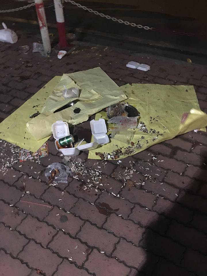Hậu bắn pháo hoa, người dân 'phủi tay' đi về, để lại phố đi bộ Nguyễn Huệ ngập ngụa rác - Ảnh 1