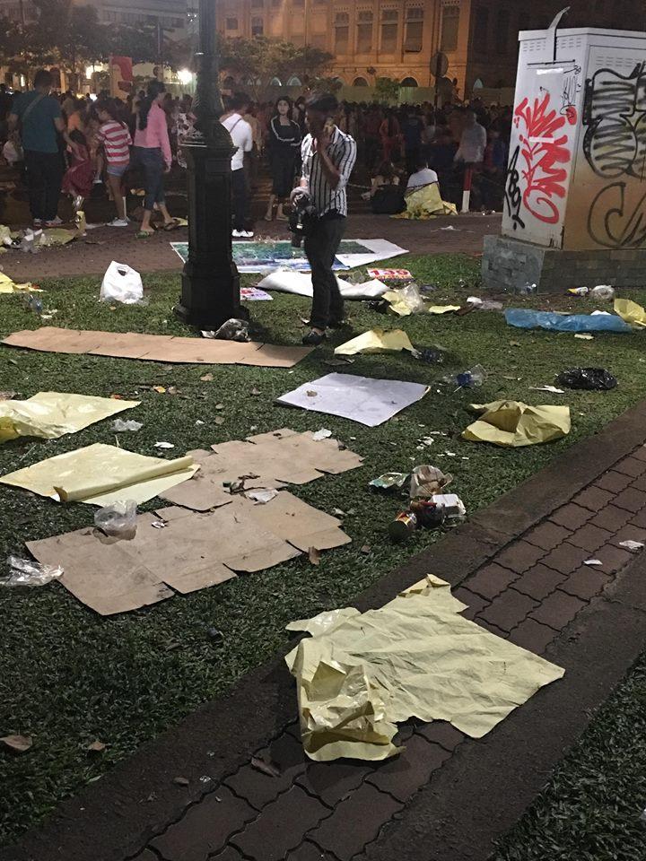 Hậu bắn pháo hoa, người dân 'phủi tay' đi về, để lại phố đi bộ Nguyễn Huệ ngập ngụa rác - Ảnh 4