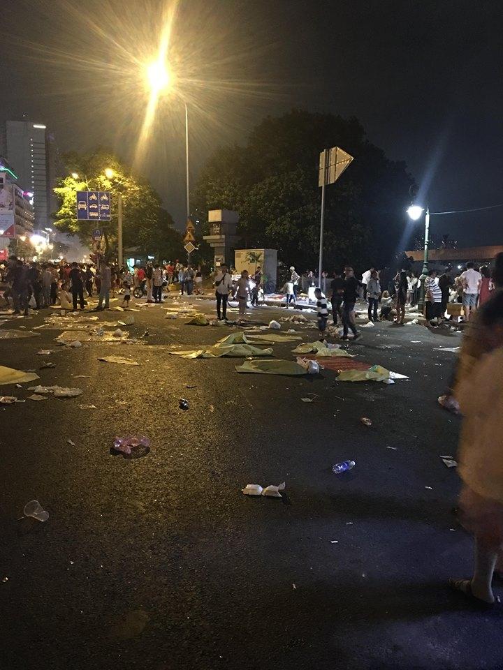Hậu bắn pháo hoa, người dân 'phủi tay' đi về, để lại phố đi bộ Nguyễn Huệ ngập ngụa rác - Ảnh 5