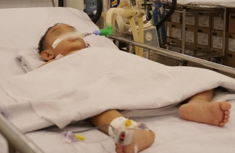 Con không nghe lời, cha bơm hơi vào hậu môn khiến con trai 2 tuổi bị thủng ruột, nhập viện cấp cứu - Ảnh 1