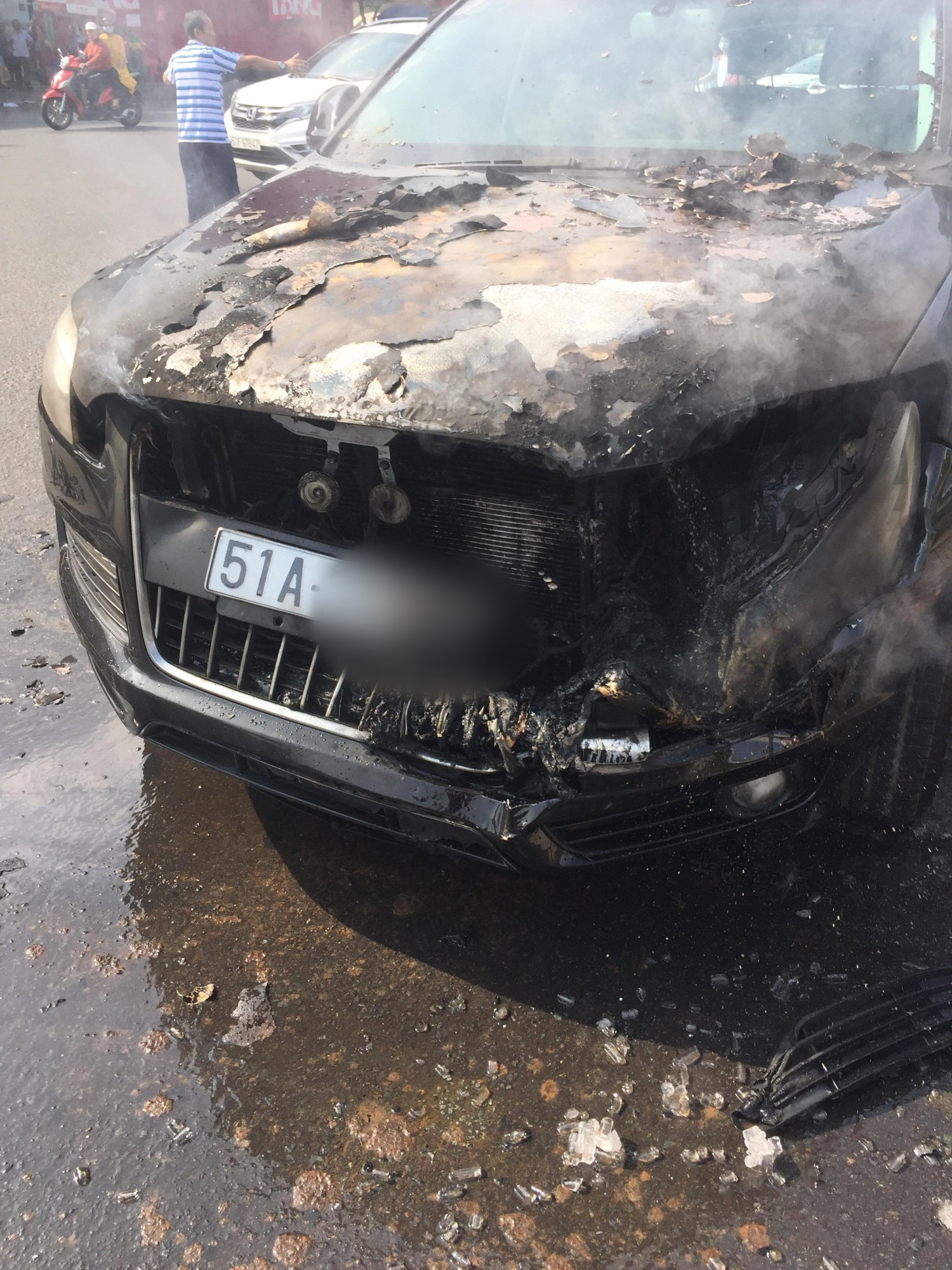 TP.HCM: Đi chúc Tết sáng Mồng 1, tài xế hoảng hồn tung cửa thoát thân vì ô tô bốc cháy ngùn ngụt - Ảnh 1