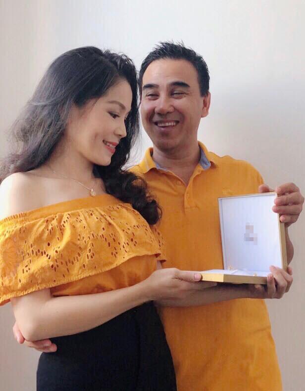 Phụ nữ mấy ai được như vợ Quyền Linh, gần 14 năm chung sống mà chồng vẫn 'cưng như trứng mỏng' - Ảnh 1