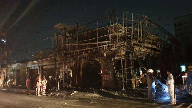 Shop thời trang và mắt kính ở Sài Gòn cháy ngùn ngụt trong đêm, nhiều tài sản bị thiêu rụi - Ảnh 1