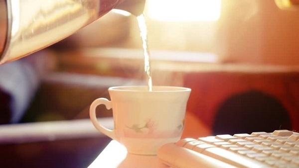 Uống ly nước nóng vào 2 thời điểm này trong ngày: Đào thải độc tố, giảm cân và nhiều lợi ích khác - Ảnh 1