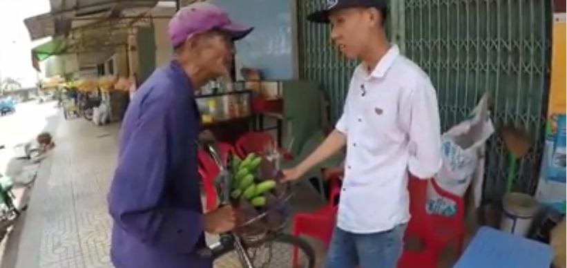 Thương cảnh ông cụ 83 tuổi đạp xe hơn 20km bán chuối nuôi vợ: 'Bà con mua giúp để tôi có cơm tôi sống thì tôi đội ơn' - Ảnh 1