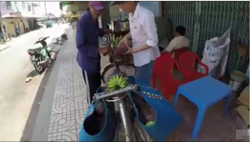Thương cảnh ông cụ 83 tuổi đạp xe hơn 20km bán chuối nuôi vợ: 'Bà con mua giúp để tôi có cơm tôi sống thì tôi đội ơn' - Ảnh 2