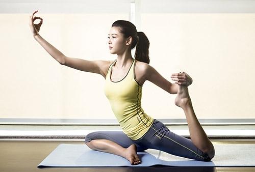 Tập thể dục đều đặn nhưng cân nặng mãi chẳng chịu giảm, bạn đã mắc những sai lầm này khi chọn áo thể thao - Ảnh 1