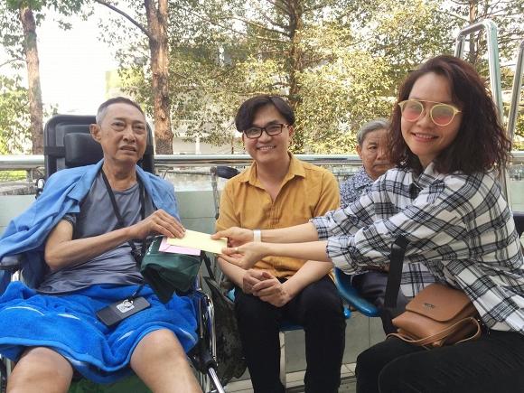 Chỉ sau hơn 1 ngày kêu gọi giúp đỡ, MC Đại Nghĩa đến bệnh viện thăm và trao hơn 270 triệu đồng tiền quyên góp cho nghệ sĩ Lê Bình - Ảnh 1