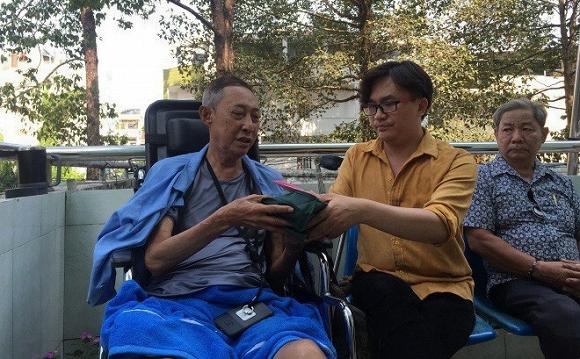 Chỉ sau hơn 1 ngày kêu gọi giúp đỡ, MC Đại Nghĩa đến bệnh viện thăm và trao hơn 270 triệu đồng tiền quyên góp cho nghệ sĩ Lê Bình - Ảnh 2