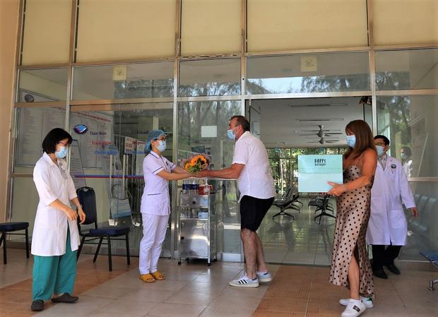 Bệnh nhân Covid-19 thứ 57 khỏi bệnh, tặng hoa và cúi đầu cảm ơn bác sĩ bằng tiếng Việt - Ảnh 3