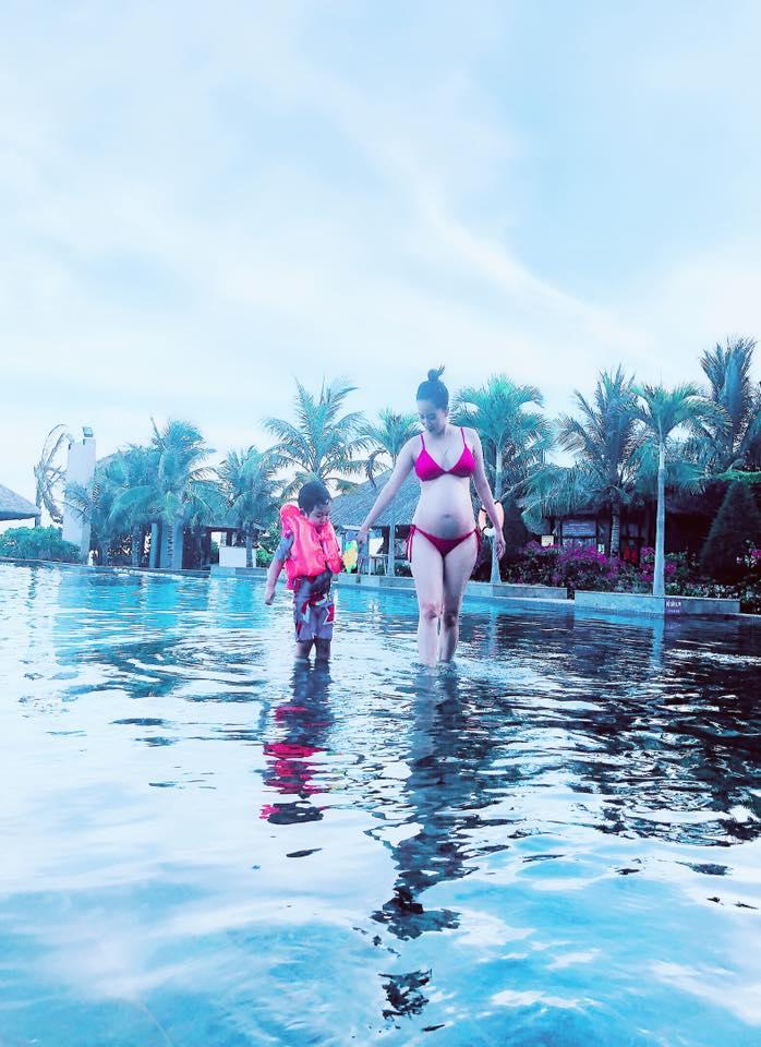 Ở tháng thứ 8 của thai kỳ, Khánh Thi khiến dân tình đỏ mặt khi diện bikini 2 mảnh khoe bụng bầu to tướng - Ảnh 2