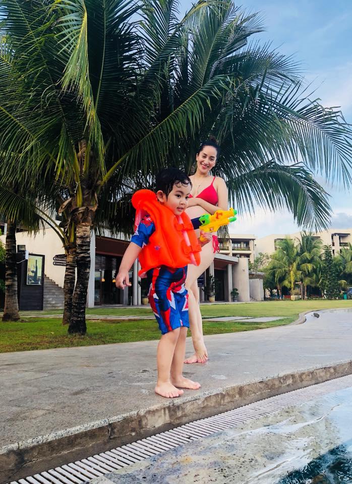 Ở tháng thứ 8 của thai kỳ, Khánh Thi khiến dân tình đỏ mặt khi diện bikini 2 mảnh khoe bụng bầu to tướng - Ảnh 3