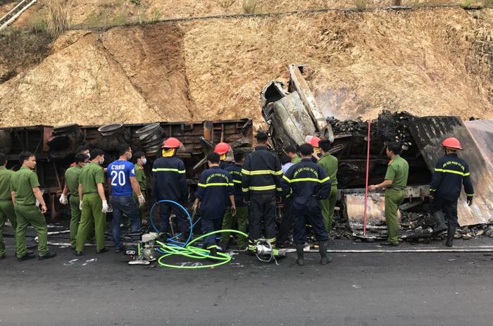 Xe tải tông nhau bốc cháy, 3 người chết trong cabin - Ảnh 2