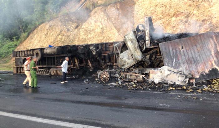 Xe tải tông nhau bốc cháy, 3 người chết trong cabin - Ảnh 1