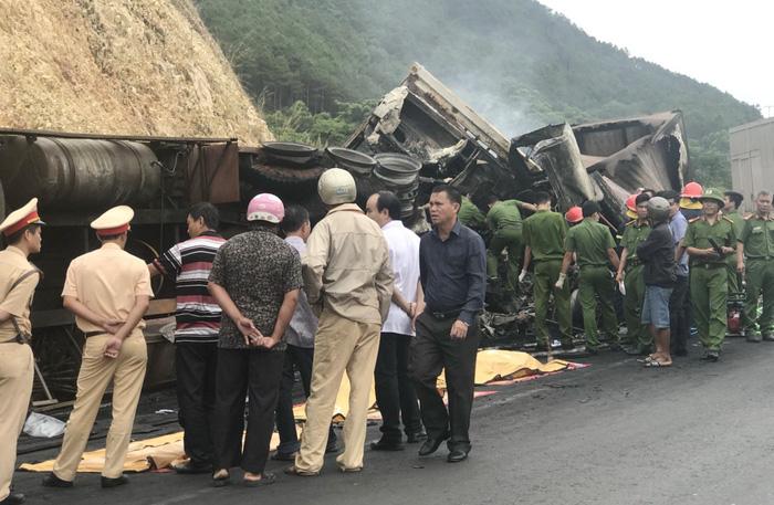 Xe tải tông nhau bốc cháy, 3 người chết trong cabin - Ảnh 3