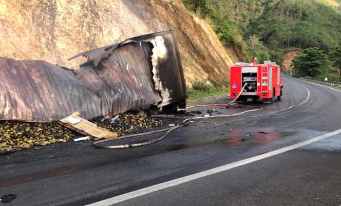 Xe tải tông nhau bốc cháy, 3 người chết trong cabin - Ảnh 4