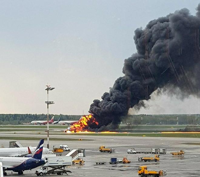 Máy bay Nga bốc cháy trên đường băng ở Moscow, ít nhất 41 người chết - Ảnh 1