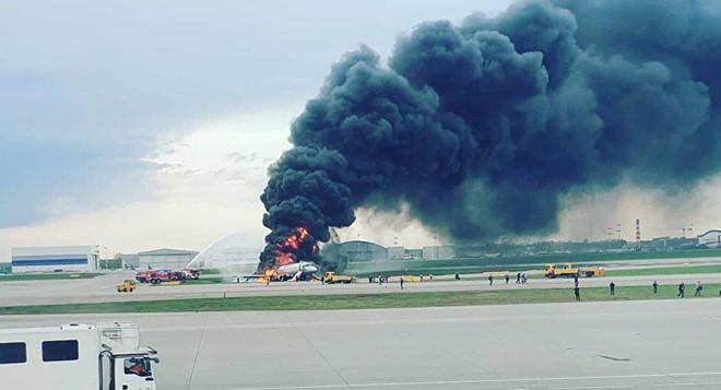 Máy bay Nga bốc cháy trên đường băng ở Moscow, ít nhất 41 người chết - Ảnh 2