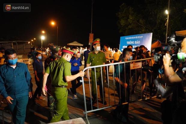 Người dân Hạ Lôi vui sướng khi được dỡ phong tỏa sau 28 ngày: 'Tôi không ngủ chút nào, chờ đón giây phút này' - Ảnh 2