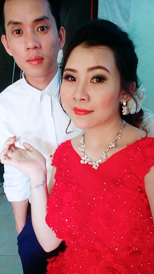 Cô dâu trẻ tuổi 20 nhắm mắt đưa mặt cho chuyên viên trang điểm, mở mắt ra bỗng hóa bà cô già U40 - Ảnh 3