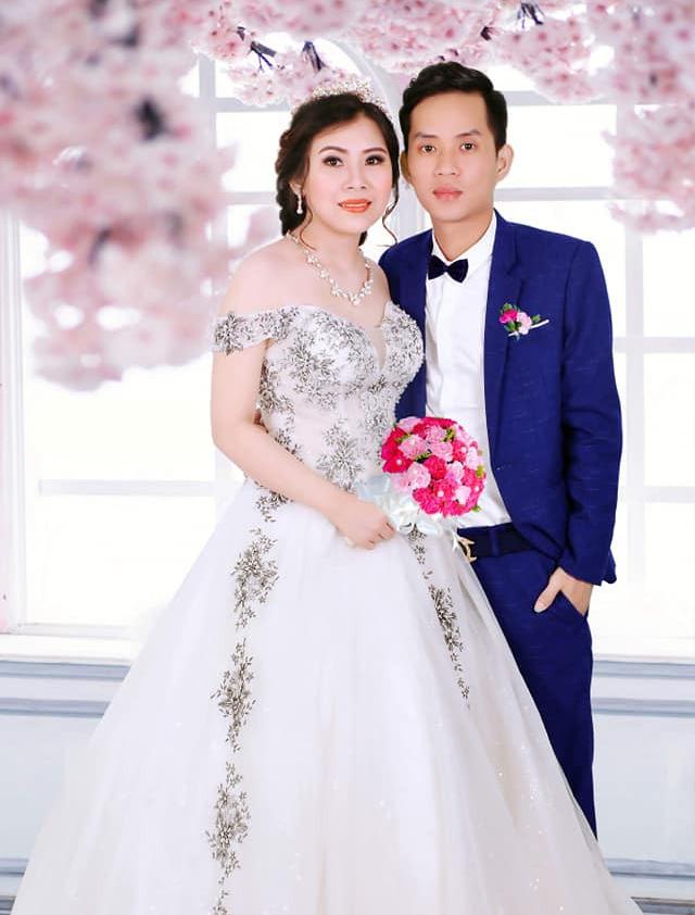 Cô dâu trẻ tuổi 20 nhắm mắt đưa mặt cho chuyên viên trang điểm, mở mắt ra bỗng hóa bà cô già U40 - Ảnh 4