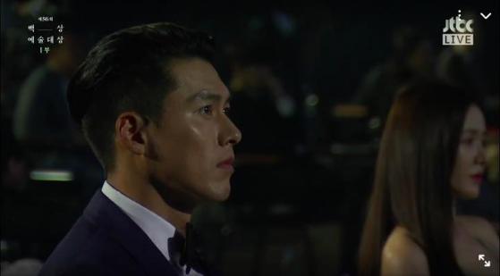 Bức ảnh hot nhất sự kiện Baeksang 2020: Hyun Bin - Son Ye Jin ngồi cách xa nhau nhưng vẫn tranh thủ liếc mắt đưa tình - Ảnh 2