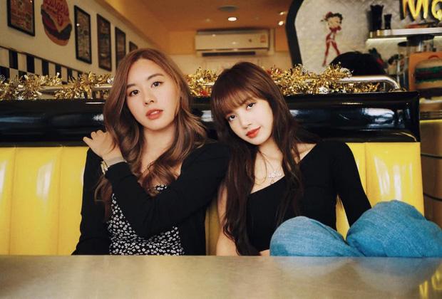 Cô bạn thân của Lisa ở Thái Lan: Nhan sắc đẹp chẳng kém idol, style đơn giản mà vẫn sexy 'hết nút' - Ảnh 1