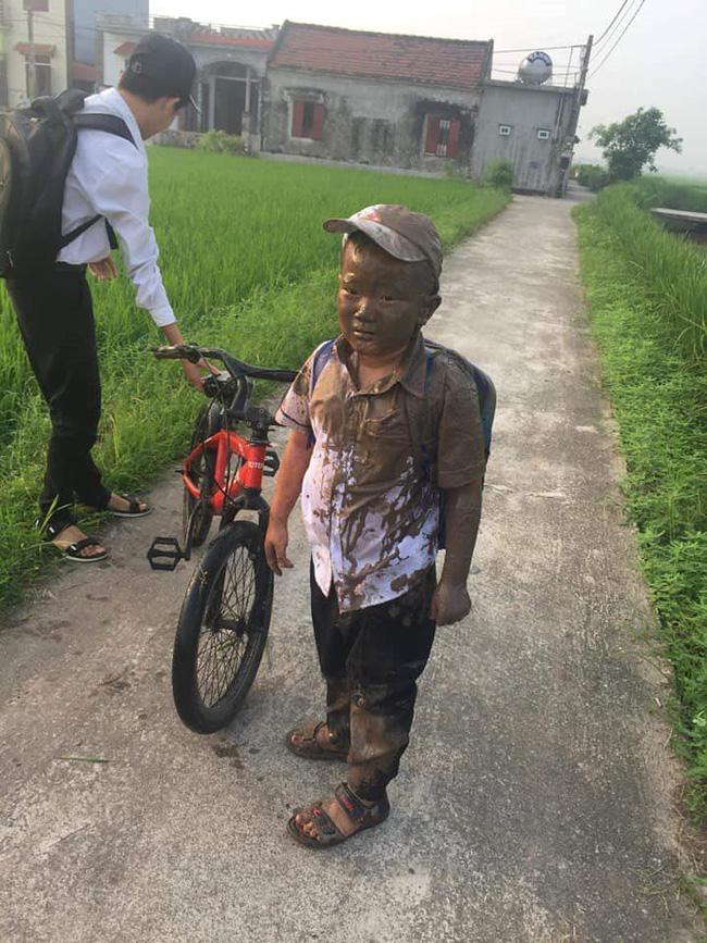 Cười xỉu cảnh bé trai đang đi thì bị 'mương nước chạy ẩu ngã vào người', được bà rửa cho vẫn còn tủi thân mếu máo - Ảnh 2