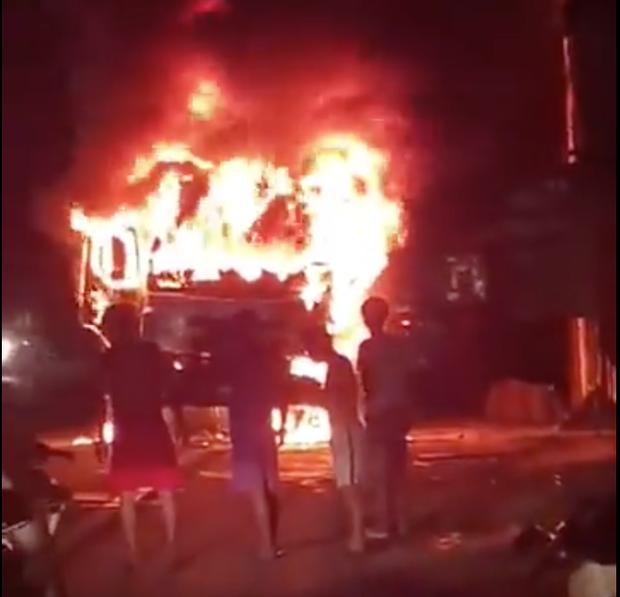 Sau tai nạn khiến người đi xe máy tử vong, xe tải kéo lê xe máy rồi bốc cháy dữ dội - Ảnh 1