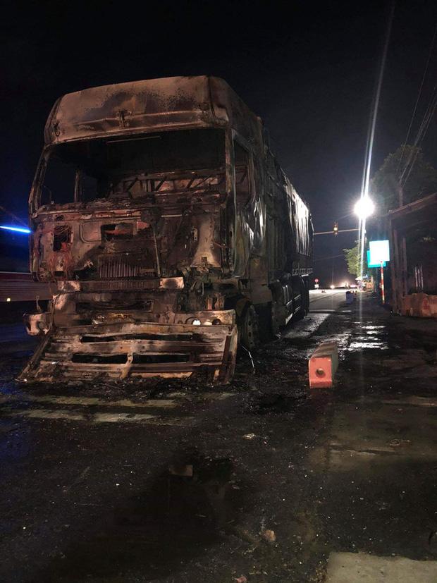 Sau tai nạn khiến người đi xe máy tử vong, xe tải kéo lê xe máy rồi bốc cháy dữ dội - Ảnh 3