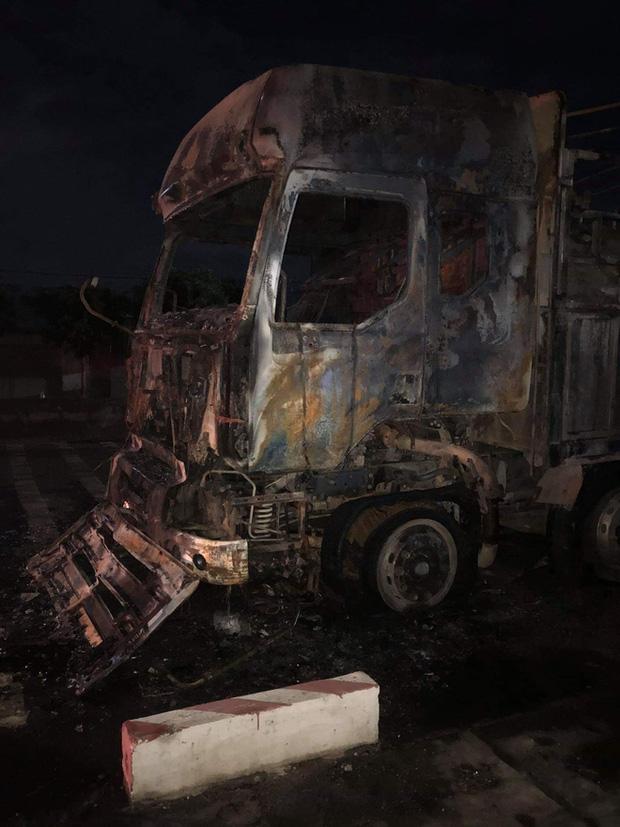 Sau tai nạn khiến người đi xe máy tử vong, xe tải kéo lê xe máy rồi bốc cháy dữ dội - Ảnh 4