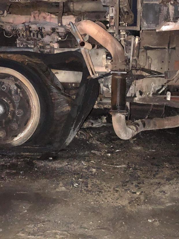 Sau tai nạn khiến người đi xe máy tử vong, xe tải kéo lê xe máy rồi bốc cháy dữ dội - Ảnh 5