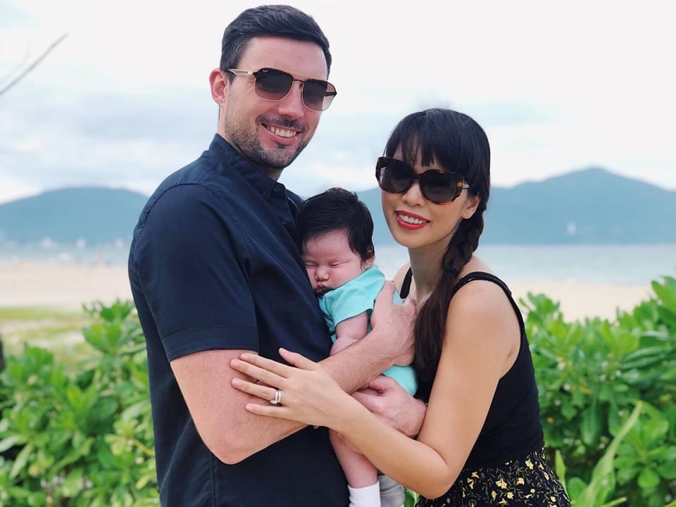 Mới chào đời hơn 1 tháng, con gái Hà Anh đã được cùng bố mẹ làm điều đặc biệt này - Ảnh 1
