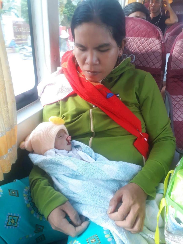 Phép màu đến với bé trai 2 tháng tuổi nặng chỉ 2 ký, mẹ nghèo không đủ tiền đưa con đi chữa bệnh - Ảnh 1