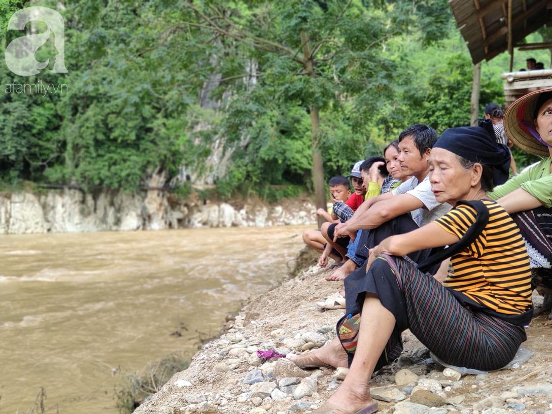 2 ngày sau trận lũ quét kinh hoàng, bản Sa Ná vẫn đang bị chia cắt, 12 người mất tích chưa được tìm thấy - Ảnh 12