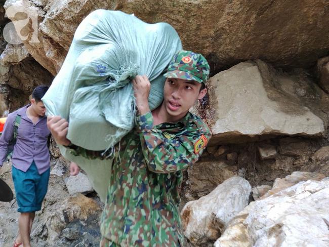 2 ngày sau trận lũ quét kinh hoàng, bản Sa Ná vẫn đang bị chia cắt, 12 người mất tích chưa được tìm thấy - Ảnh 19