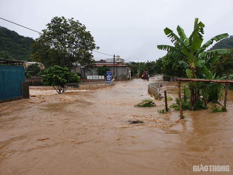 Mưa lũ khiến 1 người chết, hàng trăm ngôi nhà ở Sơn La bị ngập sâu - Ảnh 1