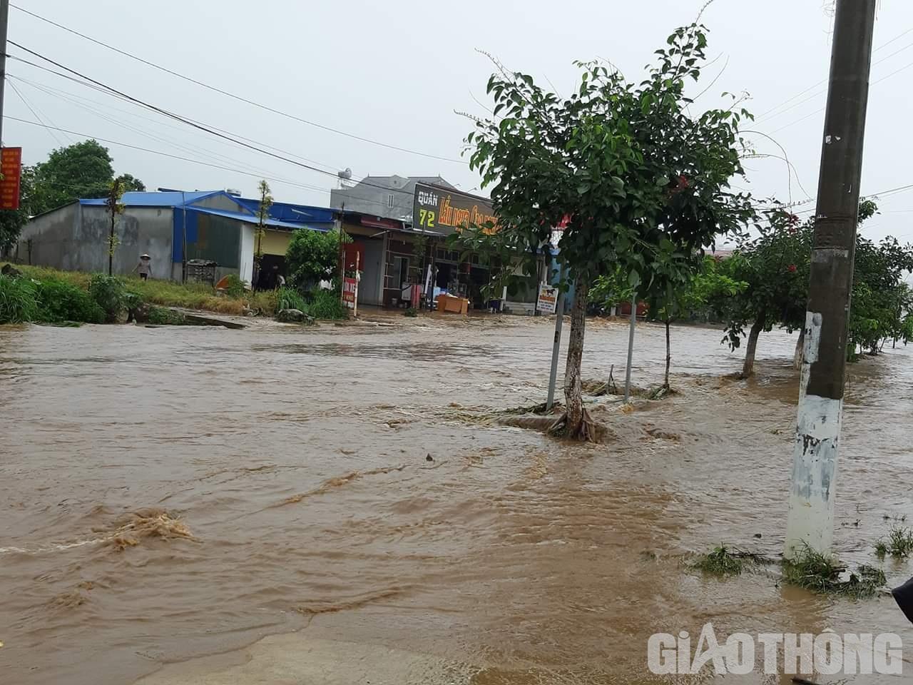 Mưa lũ khiến 1 người chết, hàng trăm ngôi nhà ở Sơn La bị ngập sâu - Ảnh 3