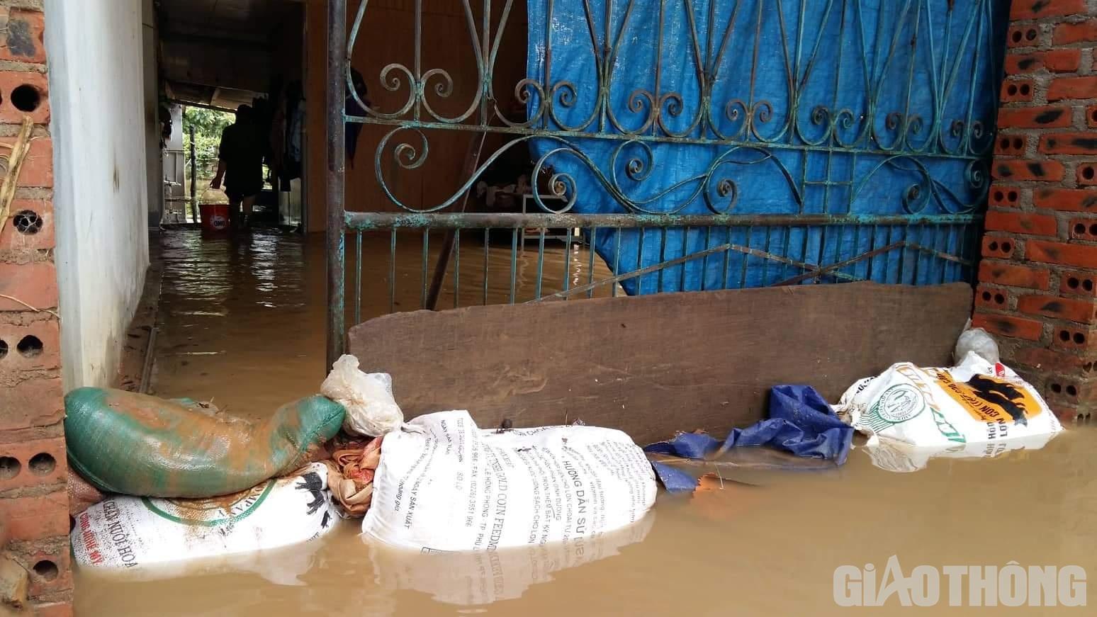 Mưa lũ khiến 1 người chết, hàng trăm ngôi nhà ở Sơn La bị ngập sâu - Ảnh 6