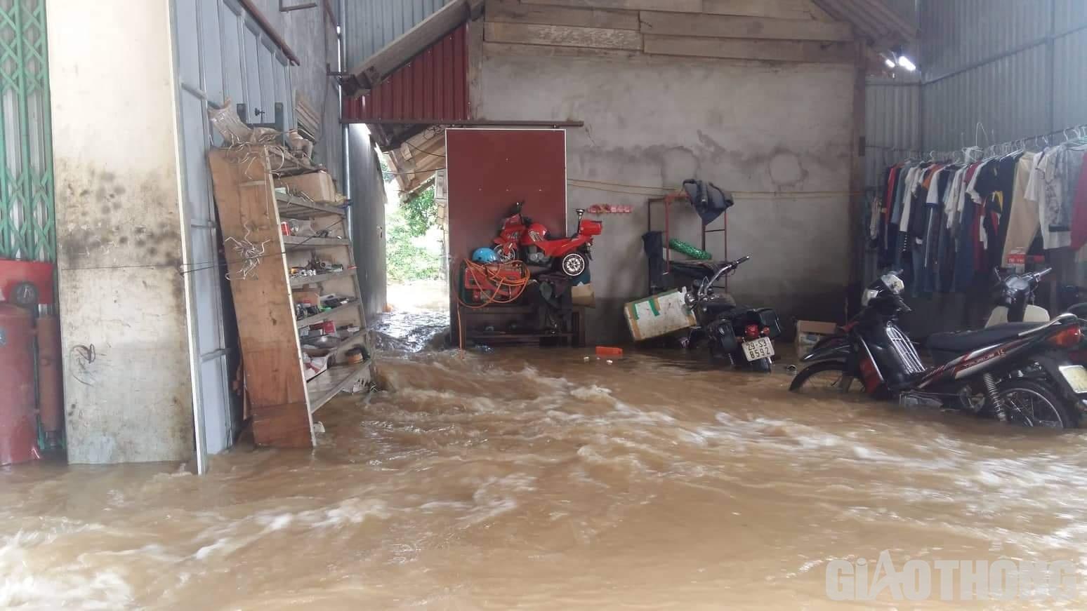 Mưa lũ khiến 1 người chết, hàng trăm ngôi nhà ở Sơn La bị ngập sâu - Ảnh 8