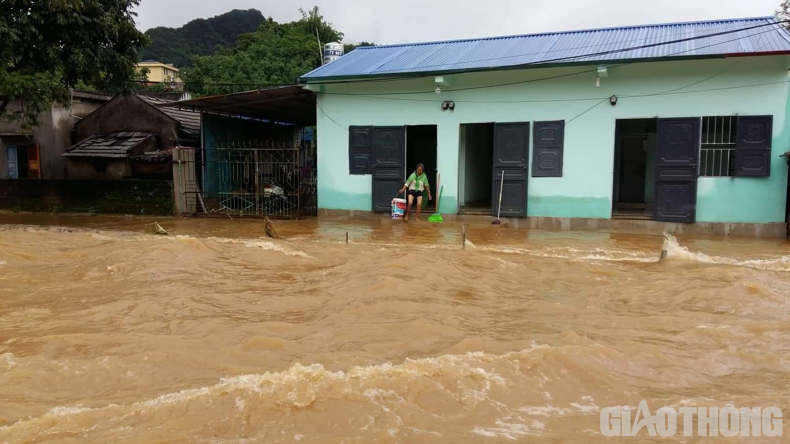 Mưa lũ khiến 1 người chết, hàng trăm ngôi nhà ở Sơn La bị ngập sâu - Ảnh 10