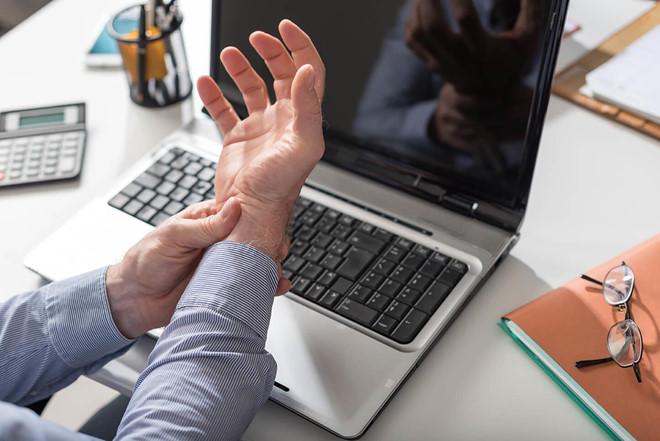 Căn bệnh gây ám ảnh với những người 'dành cả thanh xuân' ở văn phòng - Ảnh 1