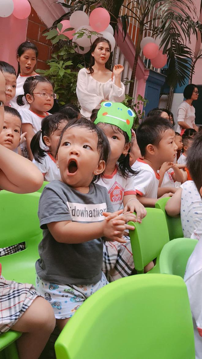Chùm ảnh: Giọt nước mắt bỡ ngỡ và những biểu cảm khó đỡ của các em nhỏ trong ngày khai giảng - Ảnh 1