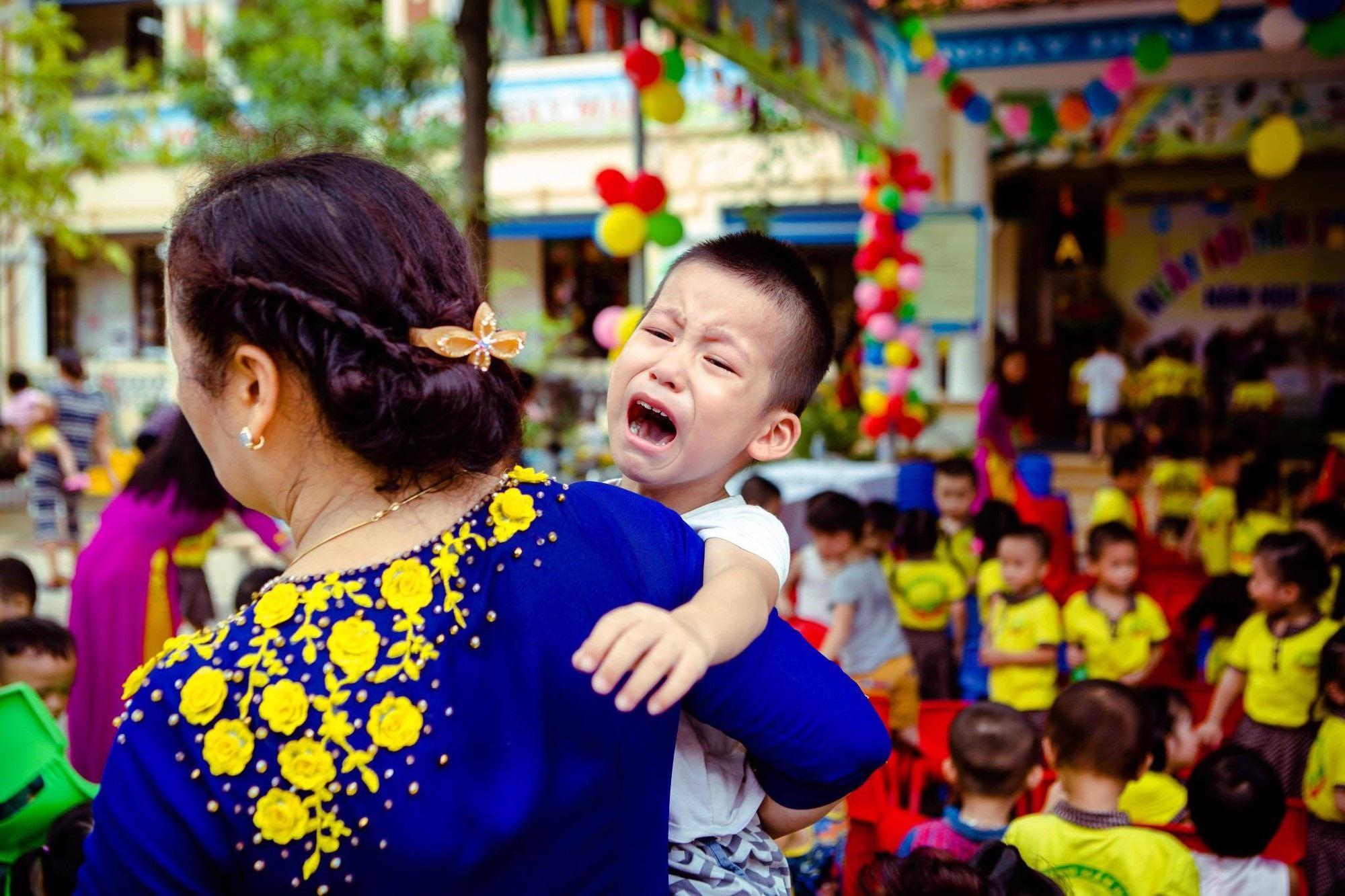 Chùm ảnh: Giọt nước mắt bỡ ngỡ và những biểu cảm khó đỡ của các em nhỏ trong ngày khai giảng - Ảnh 10