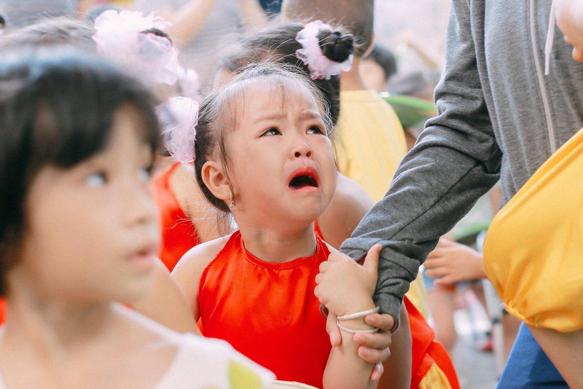 Chùm ảnh: Giọt nước mắt bỡ ngỡ và những biểu cảm khó đỡ của các em nhỏ trong ngày khai giảng - Ảnh 4
