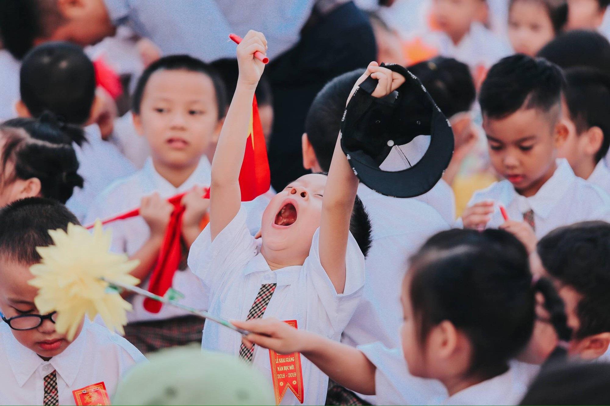 Chùm ảnh: Giọt nước mắt bỡ ngỡ và những biểu cảm khó đỡ của các em nhỏ trong ngày khai giảng - Ảnh 5