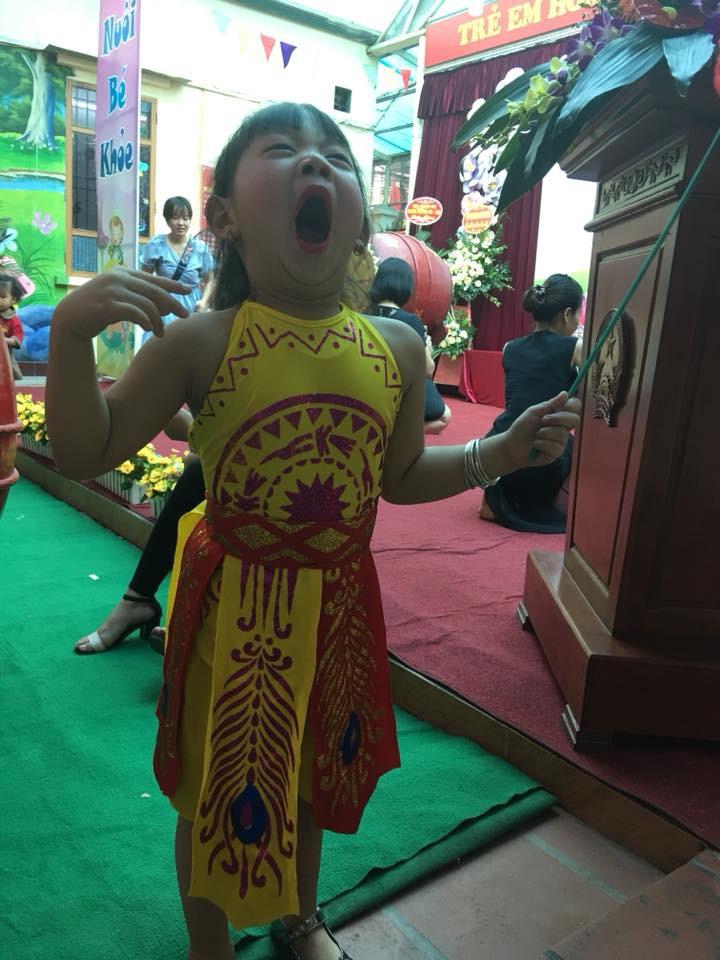 Chùm ảnh: Giọt nước mắt bỡ ngỡ và những biểu cảm khó đỡ của các em nhỏ trong ngày khai giảng - Ảnh 6